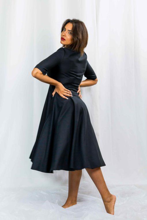 Le choix de la robe-chemise Yvette noire par Imene Drazia