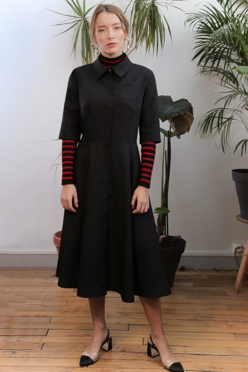 La robe-chemise Yvette col classique de longueur midi.