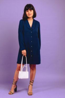Noémie porte la robe chemise éthique diane blue