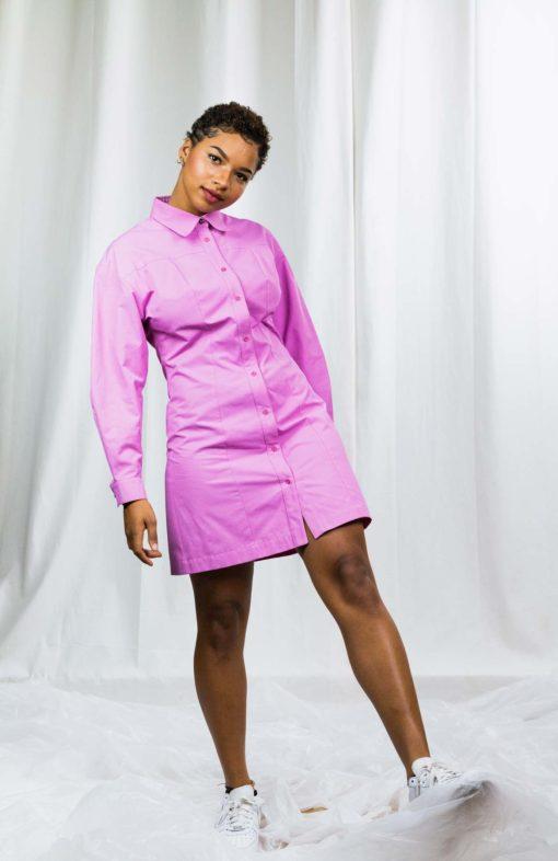 la robe-chemise rose Édith porté par la chanteuse Alicia SKO